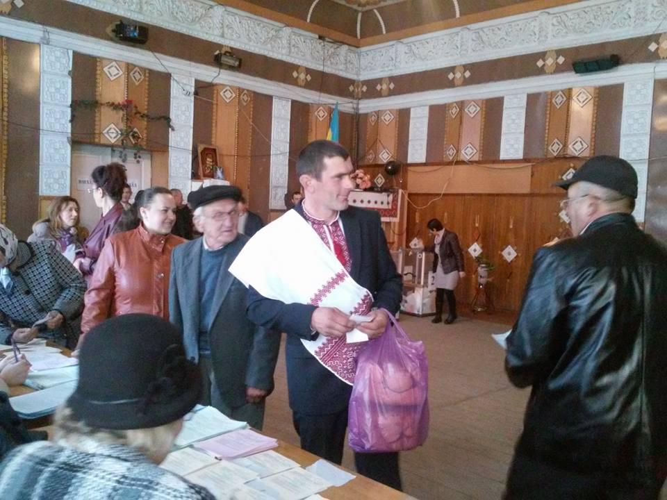 На Верховинщині голосували цілими весіллями