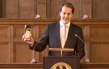 """Порошенка в Нідерландах """"потролили"""" шоколадкою. Він сприйняв це з гумором"""