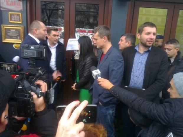 Група нардепів намагається потрапити в L'Kafa Café, яке розміщене в Будинку профспілок (фото)