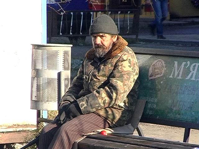 На Прикарпатті безхатченко живе на автобусній зупинці уже 12 років