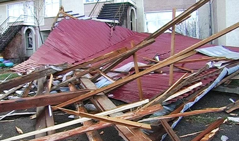 Дах знесло: на Прикарпатті сильний вітер зірвав накриття у дитячому садку (ВІДЕО)