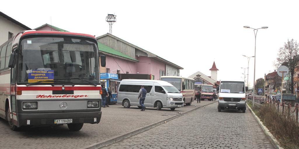 На головній автостанції Франківська водії миють маршрутки водою з калюжі