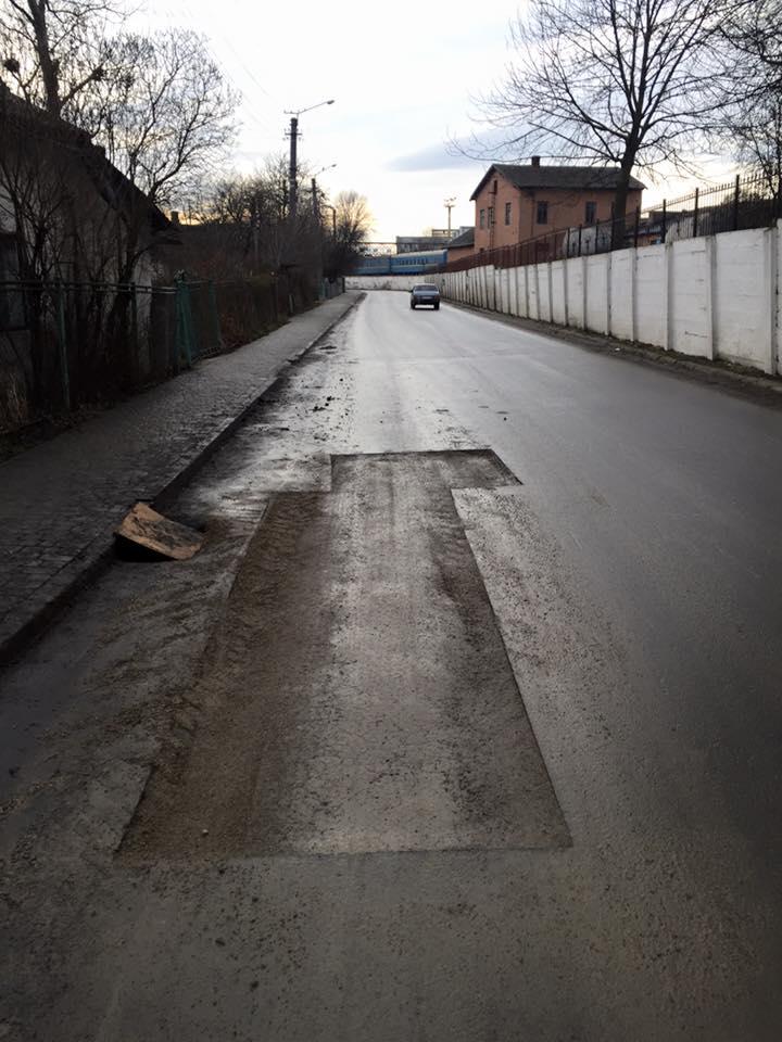 Розбазарення бюджетних грошей: в Івано-Франківську на щойно відремонтованих дорогах зрізають асфальт (фото)