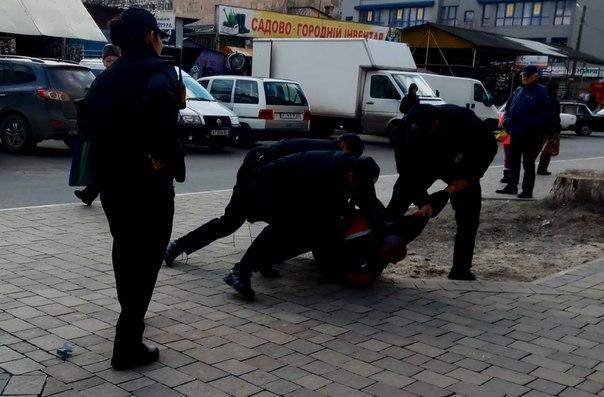 На вулиці Тичини патрульні поліцейські силою вгамовували нетверезого чоловіка (відео)
