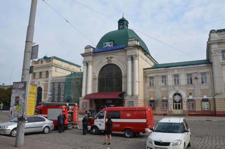 """Повідомлення про """"замінування"""" франківського вокзалу надійшло на лінію 102"""