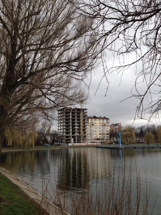 Скандал: в Івано-Франківську забудовники зводять споруду без документів (фото)