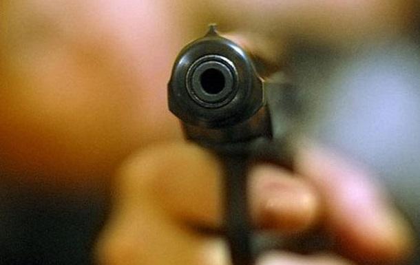 """На Прикарпатті чоловік зі зброєю вирішував """"любовну суперечку"""" сина та його опонента"""