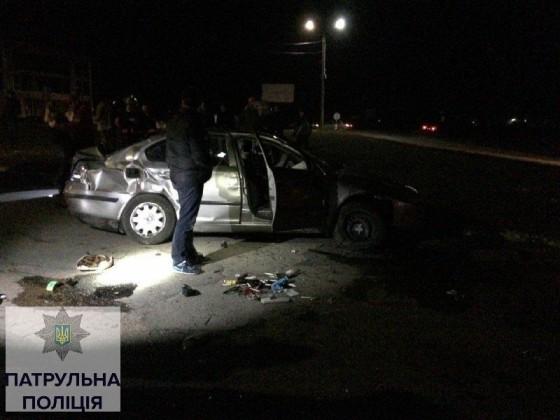 """На кільцевій розв'язці у с. Черніїїв перекинувся автомобіль """"Skoda Octavia"""" (фото)"""