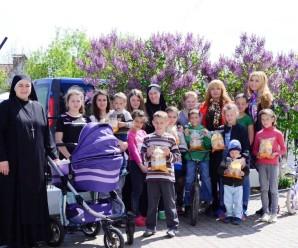 Дружина голови ІФ ОДА привітала з Великодніми святами дітей з  містечка Милосердя Святого Миколая та пацієнтів Хоспіту (фото)