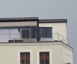 Курйоз: у Франківську дах незаконної багатоповерхівки вистелять бруківкою? (фото)