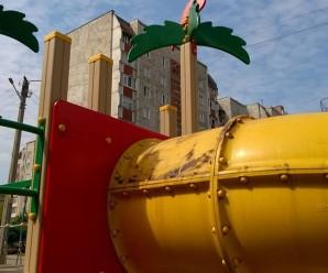 Франківські пенсіонерки зіпсували дітям радість гри на новому майданчику