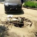 Через яму на франківській дорозі ламаються автівки (ФОТО)