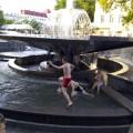 Фонтан у центрі Франківська діти перетворили на басейн
