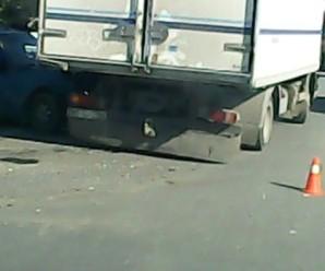 """На Довженка автівка """"влетіла"""" у вантажівку (ФОТО, ВІДЕО)"""