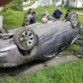 На Прикарпатті 18-річний водій не впорався з керуванням та злетів з дороги.