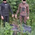 """На Закарпатті затримали двох контрабандистів-""""водолазів"""" з понад 2 тисячами пачок сигарет (Відео)"""