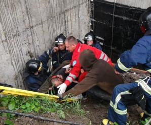 У Франківську робітник впав з шостого поверху у будівельний котлован (ФОТО)