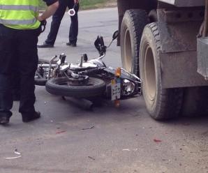"""На Мазепи під """"Камаз"""" потрапив мотоцикл – водія двоколісного госпіталізували (ФОТО)"""