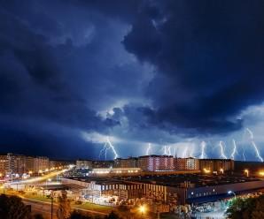 Неймовірні фото вчорашньої нічної стихії над Франківськом