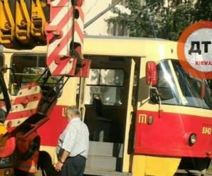 Моторошна аварія в Києві. Трамвай розчавив пішохода
