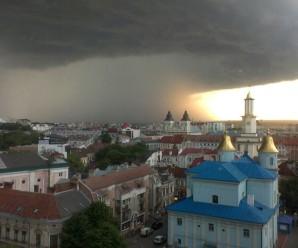 Іванофранківці в соцмережах хизувалися світлинами першої літньої зливи