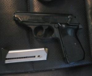 У Франківську чоловік возив у автівці перероблений газовий пістолет з набоями
