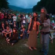 """В Карпати на фестиваль з'їхались нудисти, хіпі та """"растамани"""""""