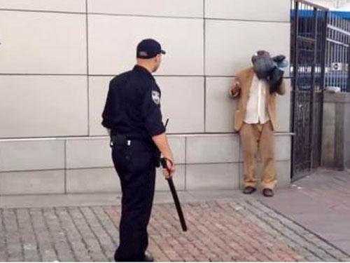 У Києві поліцейський віддубасив неадекватного інваліда