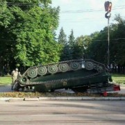 Гусеницями до неба: військову техніку перевернули догори дном посеред Конотопу