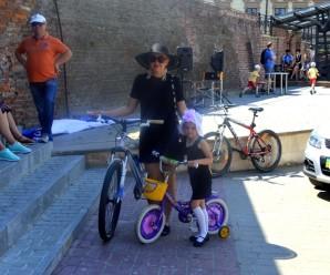 У сукнях та на підборах. Франківчанки виїхали на велопарад у стилі Коко Шанель