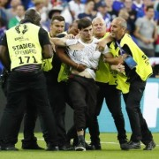 Як вгамовували вболівальника, який вискочив на поле у фіналі Євро-2016