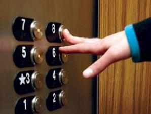 У Рожнятові несправний ліфт зупинився, коли в ньому перебували медики із важким хворим