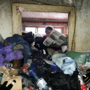 В Івано-Франківську жінка роками живе у захаращеній сміттям квартирі (ФОТО).