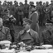 Обіди диктаторів: чому Гітлер не їв м'яса, а Сталін перетворював застілля в тортури