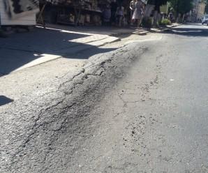 Гори на дорозі. Іванофранківці скаржаться на неякісний ремонт вулиці Новгородської (фото).
