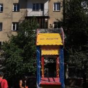 У дворі на Коновальця, 121 у Франківську встановлюють новий дитячий майданчик (ФОТО)