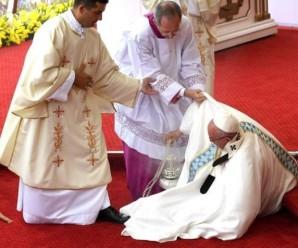 Чому Папа Римський упав під час меси? Відповідь самого чоловіка