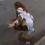 З'явилося відео, як журналістку в Москві облили лайном