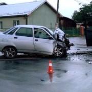 У приміському селі Франківська зіткнулися мікроавтобус та автівка