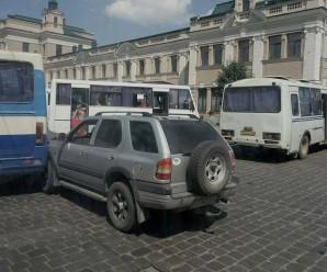 На Привокзальній не розминулись міжміська маршрутка та позашляховик (ФОТОФАКТ)