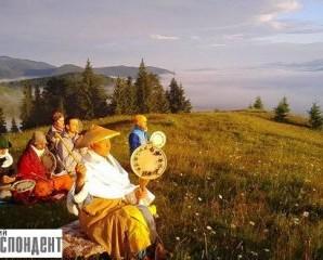 Буддисти у серці Карпат: На Гуцульщині ченці-утікачі зводять храм