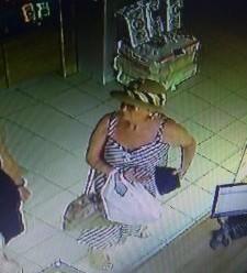 Франківець просить впізнати злодійку, яка поцупила телефон з прилавку магазину