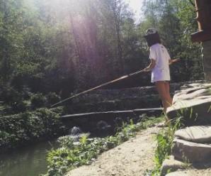 Марія Яремчук в бюстгальтері гуляє по Карпатах