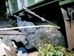 Нічна ДТП у Харкові – вантажівка виїхала на дах будинку