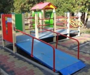 У Франківську встановлюють дитячий майданчик для дітей з обмеженими можливостями