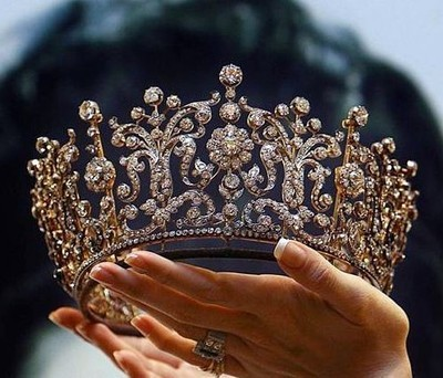 beautiful-crown-hands-jewelry-Favim.com-1980116