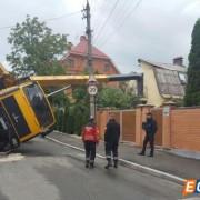 У центрі Києва автокран упав на будинок і знеструмив провулок