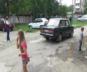 У Надвірній мешканці «воюють» із водіями за подвір'я (відео)