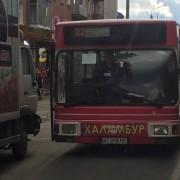 Рух у центрі міста паралізований через ДТП автобуса та вантажівки (ФОТО)