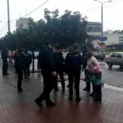 """У Франківську патрульні оглянули пасажирів автобуса, у якому """"попрацював"""" кишеньковий злодій(відео)"""